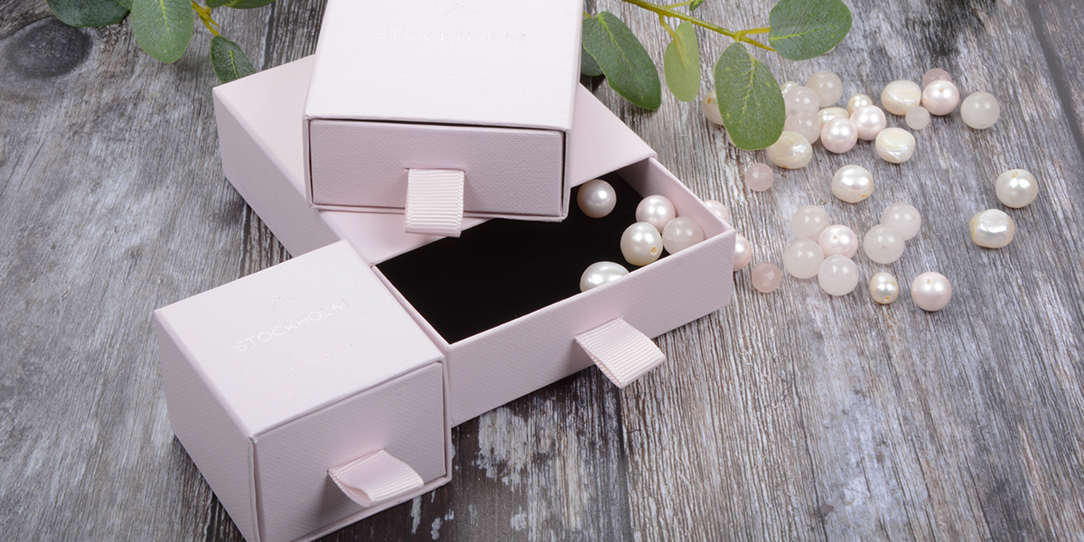 Jewellery boxes in cardboard, jewellery boxes with free logo print, rose-coloured jewellery boxes with drawer, jewellery boxes with foam insert.